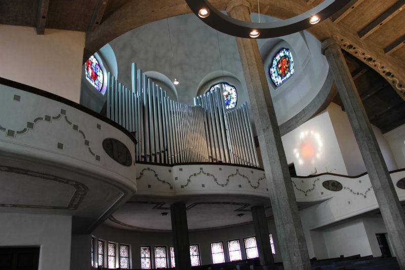 Blick hoch zur Orgelempore