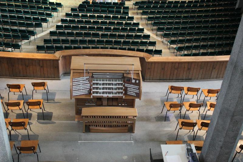 Blick von der Orgelempore hinunter
